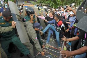 abitanti di Boeung Kak si scontrano con la polizia, giugno 2012