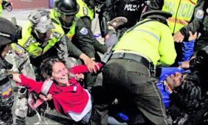 La polizia arresta una giornalista straniera e un leader indigena a Quito, 13 agosto 2015
