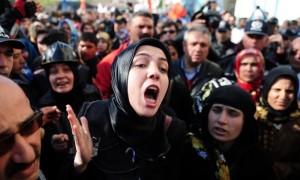 La protesta dei familiari davanti al tribunale, 15 aprile 2015, Turchia