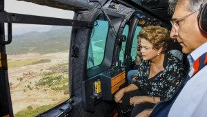 Brazil's President Dilma Rousseff (L), accompanied by Governor of Minas Gerais state Fernando Pimentel (R), looks out of a plane during a flight over the areas hit by the collapse of Dams Fundao and Santarem, near the city of Mariana, Minas Gerais, Brazil November 12, 2015. REUTERS/Roberto Stuckert Filho/Brazilian Presidency/Handout via Reuters
