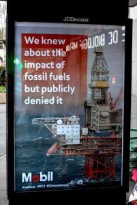 """""""Sapevamo dell'impatto dei combustibili fossili ma l'abbiamo pubblicamente negato"""": una delle false pubblicità di miultinazionali affisse a Parigi"""