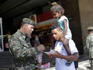 Brasle, soldati distribuiscono volantini informativi su Zika