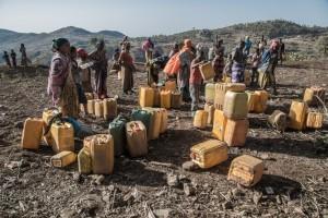 Etiopia. In attesa dei camion che distribuiscono acqua