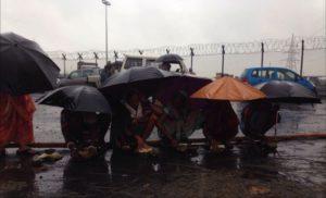La protesta di Tamnar sotto la pioggia monsonica