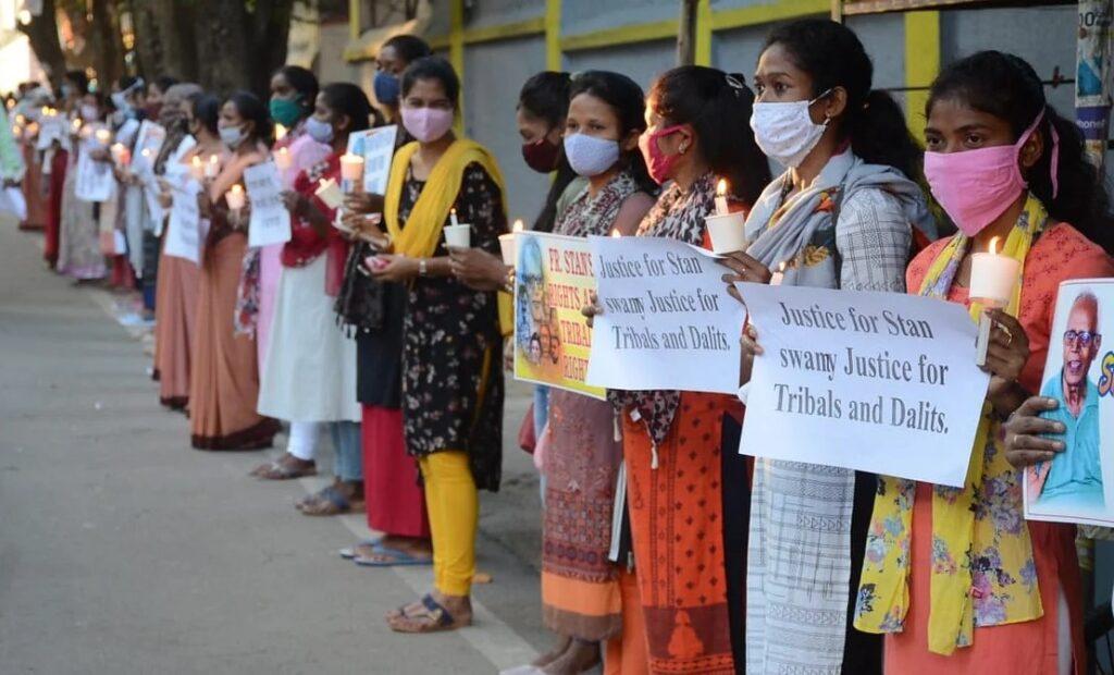 Protesta per la scarcerazione di Stan Swami a Ranchi, capitale del Jharkhand, ottobre 2020