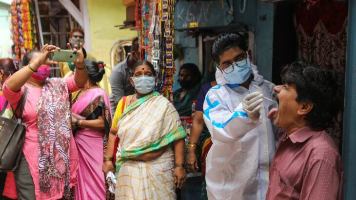test per il Covid-19 in uno slum di Mumbai, aprile 2021